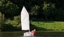 Opti mit Kurs Ufer