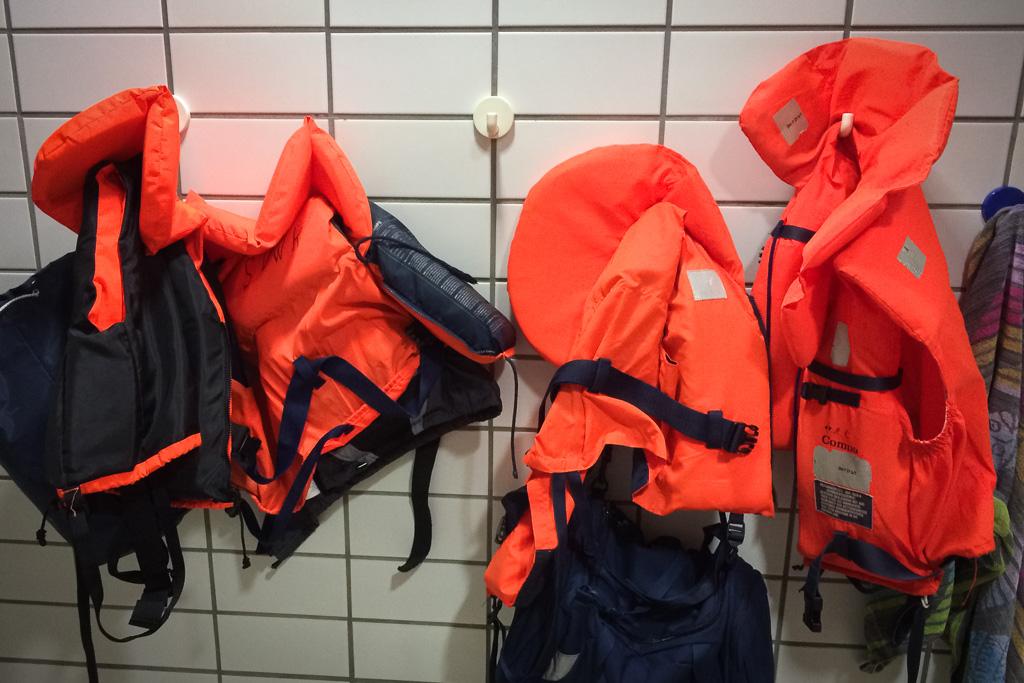Rettungswesten-Test im Schwimmbad