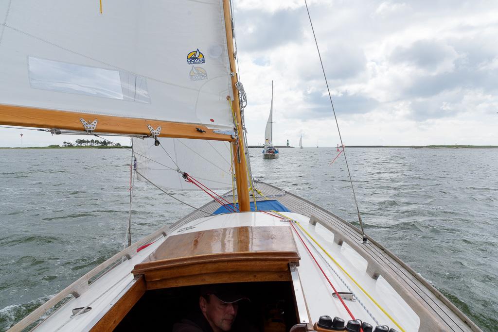 Wir können es kaum glauben: Wir sind flott unterwegs zur Ausfahrt in die Ostsee!