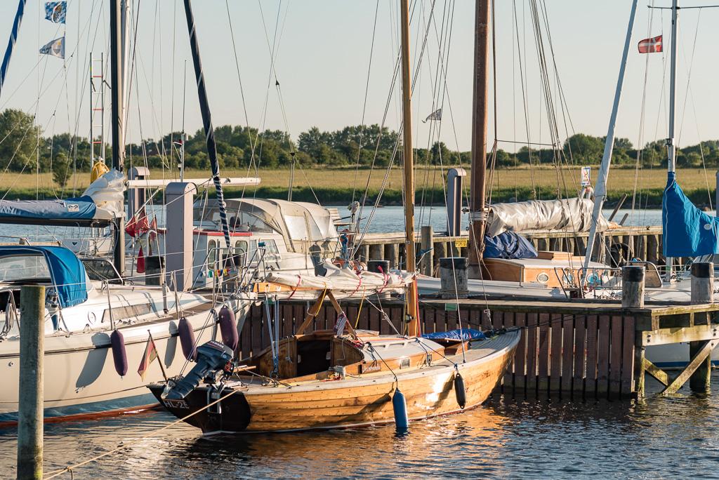 Charter-Folkeboot im Hafen