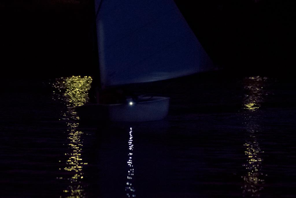 Das eigene Sicherungsboot dreht, der Segler ebenfalls